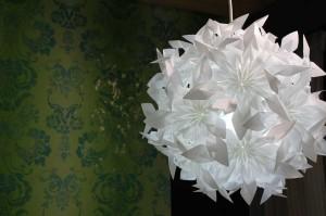 美防災を取り入れた青山スタイルのインテリアコーディネート-軽い素材で出来たミウラ折りの照明
