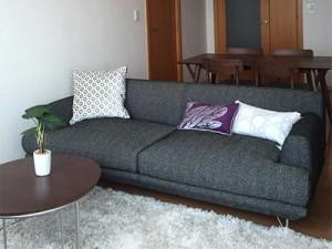 低めのソファとシャンデリアが くつろぎ感を高めます
