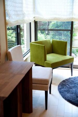 庭を望む窓にグリーンの椅子をアクセントに