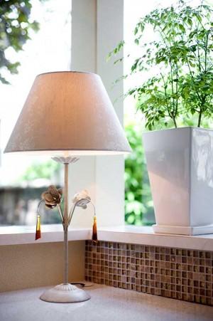 奥様のワークスペースにロマンティックな照明を配置。バラやガラスのアクセサリーが心をくすぐる