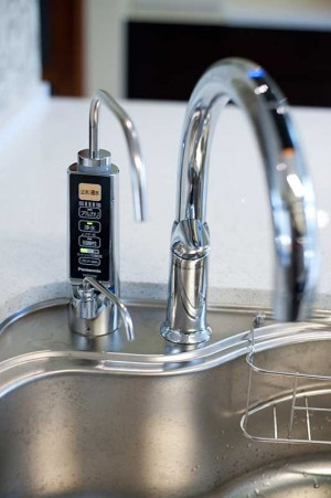 オープンキッチンにすっきりとしたアルカリイオン整水器とタッチレス水栓